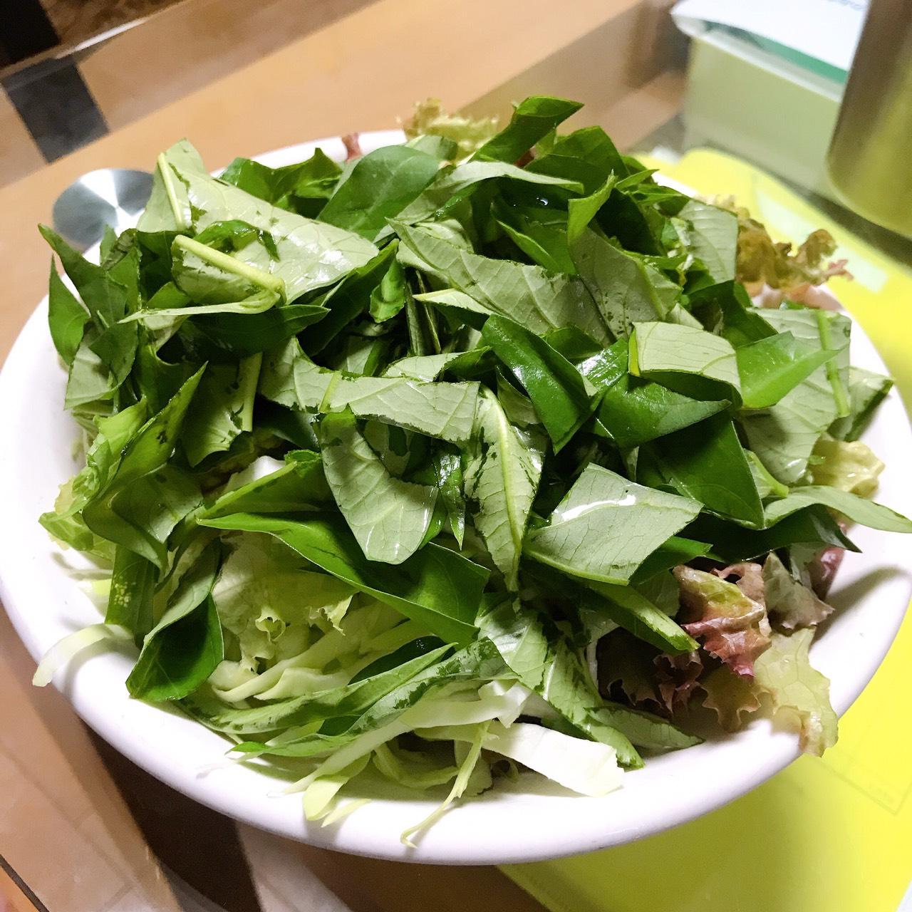 空芯菜、レタスなどのサラダ