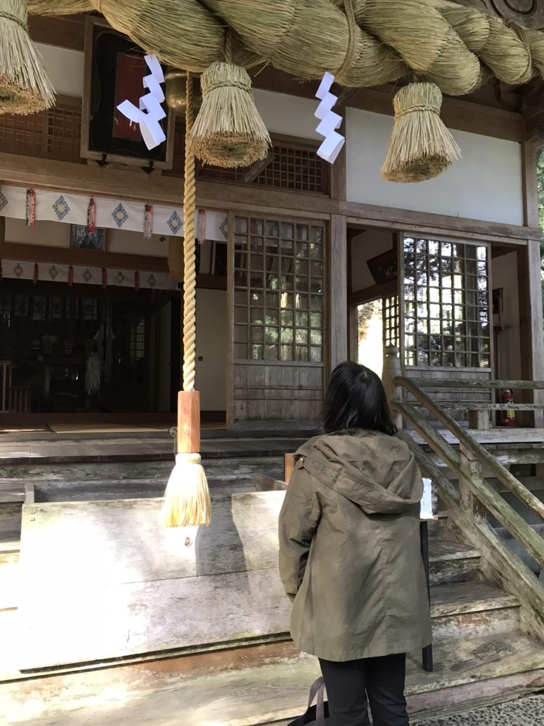 守護神イザナミノミコトが祀られている熊野神社に参拝する妻