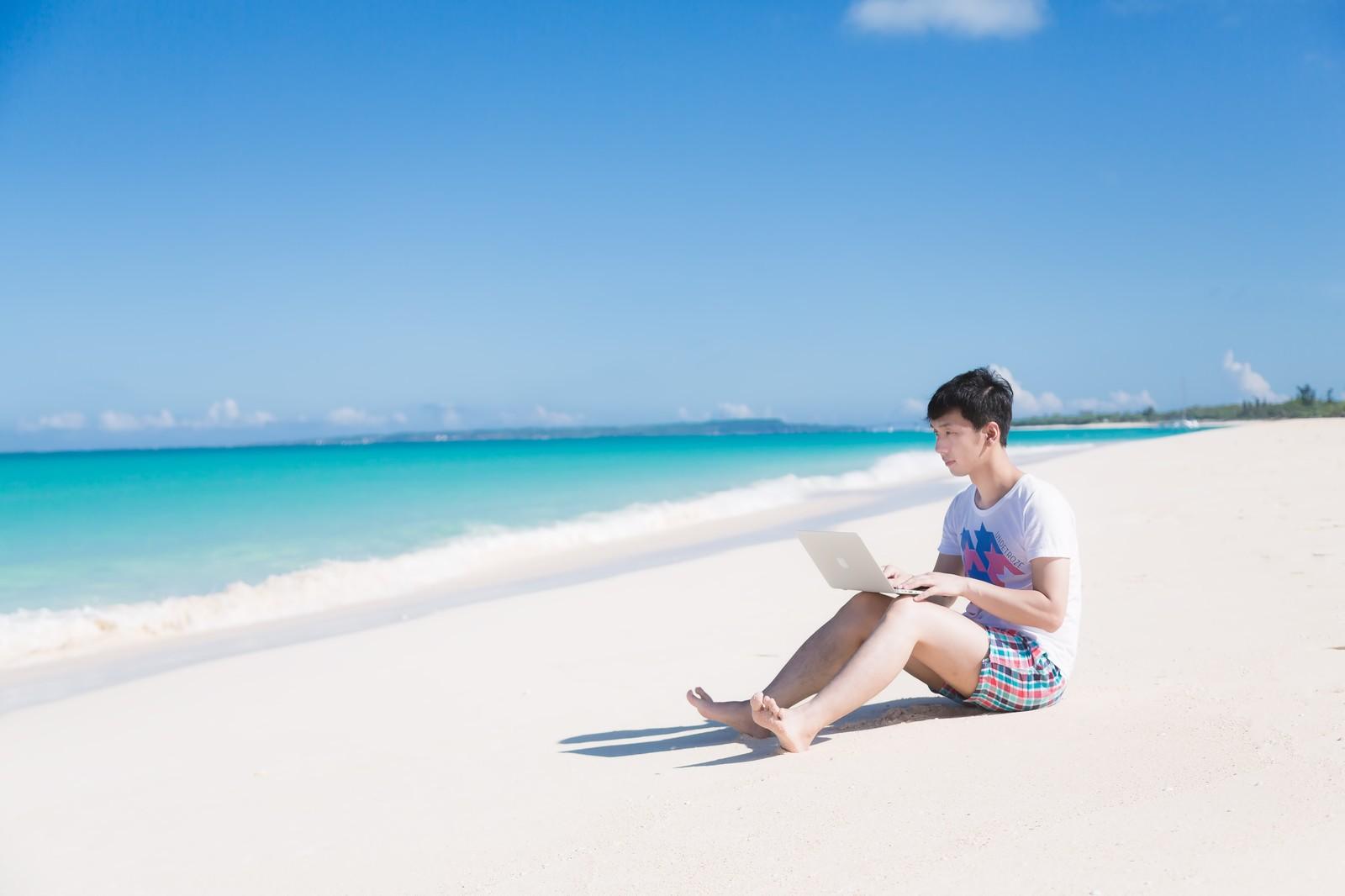 砂浜でパソコン