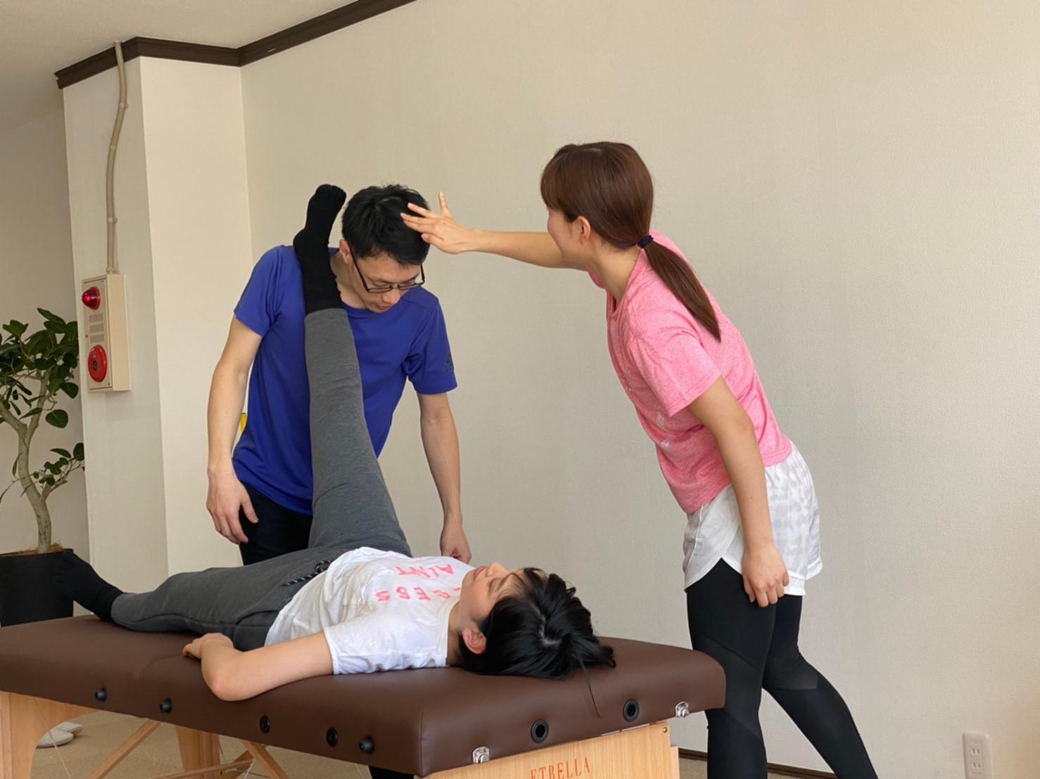 藤田さんの跳ねている髪を抑える奥さん